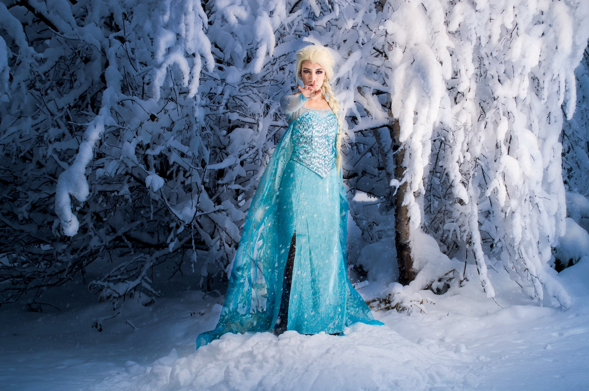 A Shimmer of Winter in the Nightfall – cosplay Elsa